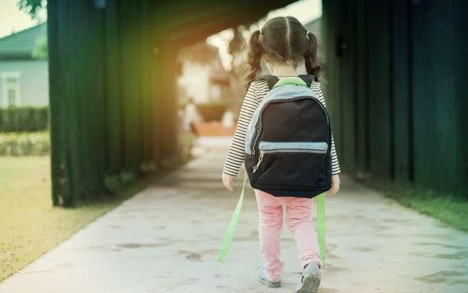 Geolokácia - dievča s ruksakom na chodníku