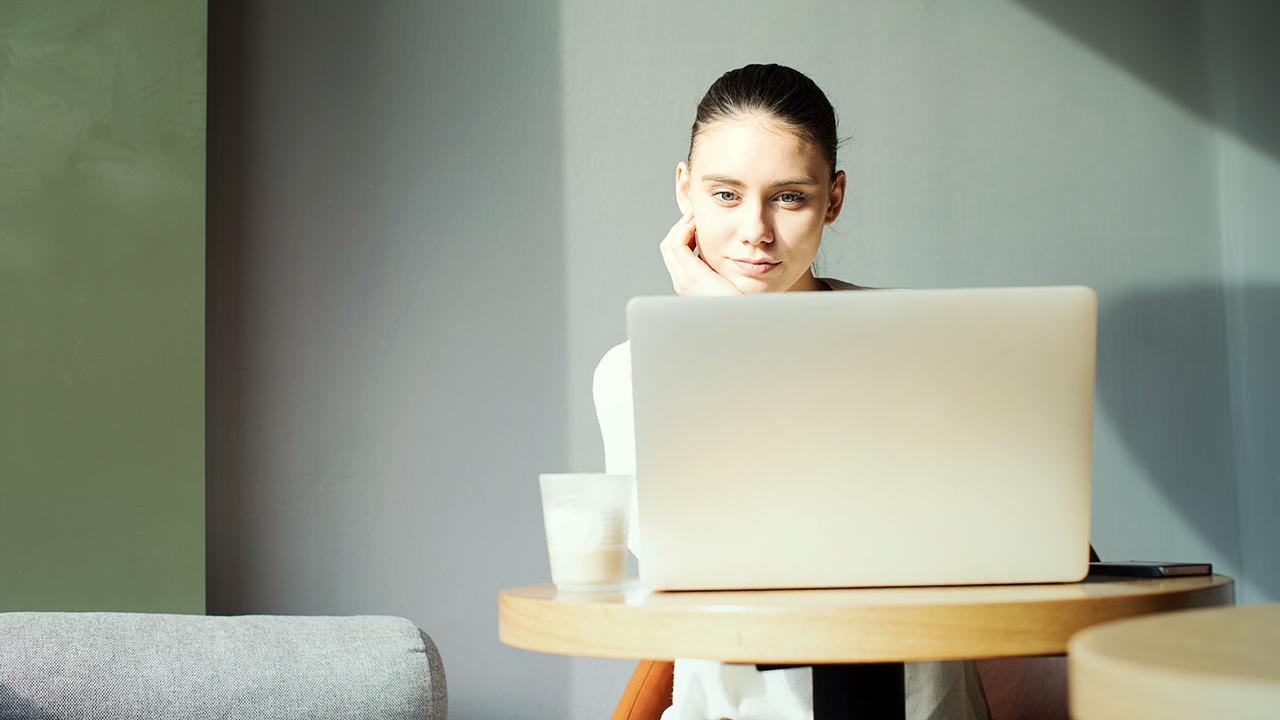 Žena sediaca za počítačom