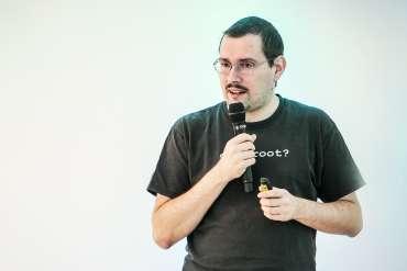 Peter Košinár rozpráva do mikrofónu