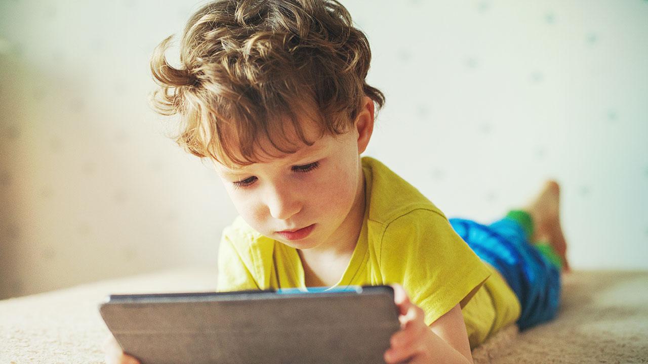 Chlapec sa pozera do tabletu