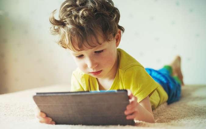 Chlapec pozera do tabletu