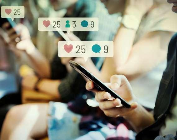 Dievča pozerá do mobilu