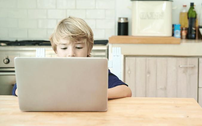 Chlapec za počítačom heslá