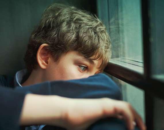 Grooming chlapec plače za oknom