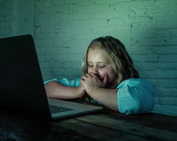 Dievča za počítačom